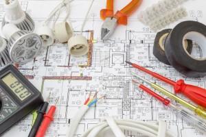 Bild von Werkzeugen, Messgeräten für Elektroarbeiten auf einem Plan